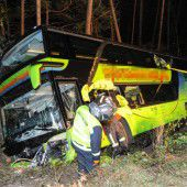 Tirol: Reisebus stürzt nach Kollission ab