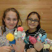 Kinder stricken für Menschen in Not