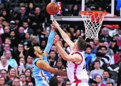 """Hält mit den """"Riesen"""" in der NBA mit: Jakob Pöltl (r.) Foto: ap"""