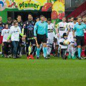 Hand in Hand mit den Fußballstars