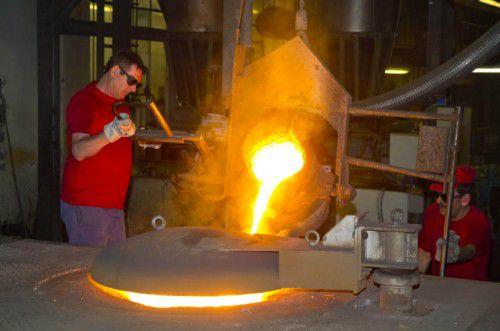 Bei Mahle König werden in harter Arbeit Präzisionsteile für Motoren hergestellt. Im Bild: der Guss für Zylinderringe. VN/Paulitsch