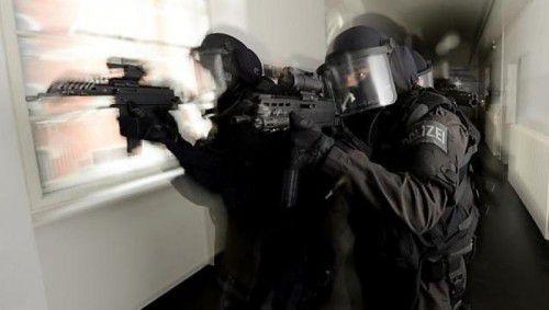 Das Einsatzkommando Cobra griff nach einem Raubüberfall in Lustenau zwei tatverdächtige Tschetschen auf. SYMBOL/APA