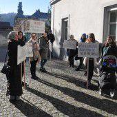 Kurze Kundgebung der Eltern aus der Flözerwegsiedlung