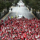 Weihnachtsmänner im Dauerlauf