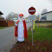 Verkehrsschilder vom Nikolaus: Einfahrverbot gegen Schleichwegverkehr in Mäder