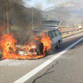 Brennenden Pkw noch rechtzeitig auf den Pannenstreifen gelenkt