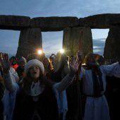 Viele Pilger feiern in Stonehenge