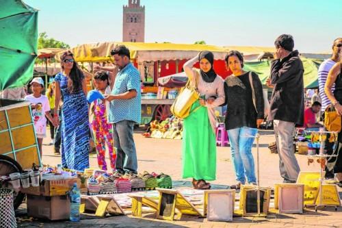 Auf dem Djemma el-Fna wird alles Mögliche angeboten. Foto: Shutterstock