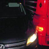 Sattelschlepper schleift Auto hundert Meter mit
