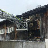 Feuer an Außenfassade einer Matratzenfirma