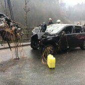 Auto stürzt 15 Meter ab