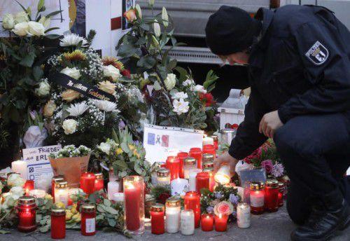 Die Gedenkstelle bei der Gedächtniskirche, vor der am 19. Dezember das Lkw-Attentat passierte, wird weiter aufgesucht. Foto: ap