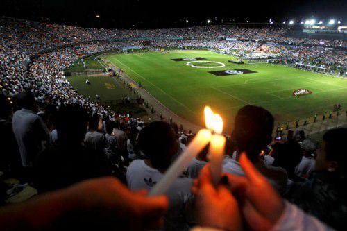 Fans gedachten im Stadion von Medellin der Opfer. Fotos: Reuters/ap