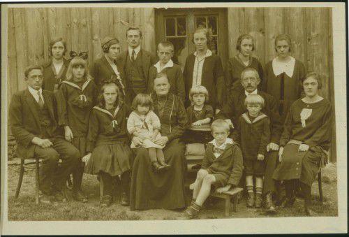 Foto der Dornbirner Großfamilie Kaspar Sohm aus der Bergparzelle Jennen, aus dem Jahr 1927. Original Pf. Haselstauden, Repro Stadtarchiv