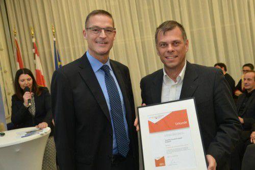"""Landesrat Christian Bernhard überreichte Johannes Thurnher die Auszeichnung """"Inklusionsfreundlicher Betrieb"""". Foto: Land"""