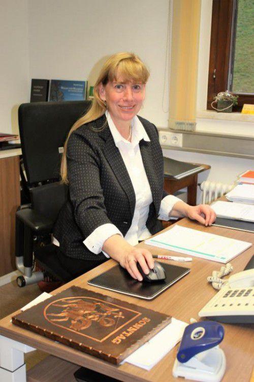 Gemeindechefin Luzia Martin-Gabriel übergibt an Vize Werner Rinderer. JS