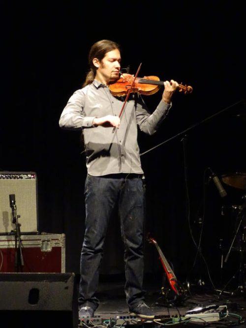"""Der Vorarlberger Geiger und Komponist Simon Frick hat zuletzt die Musik zur Uraufführung von """"Warten auf Tränengas"""" im Theater Kosmos geschaffen. Westreicher"""
