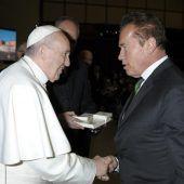 Schwarzenegger schüttelt Papst die Hand