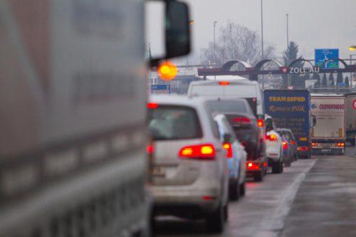 Stau an der Schweizer Grenze: Dem Verkehr durch Lustenau ist nur schwer Herr zu werden. VN/Hartinger