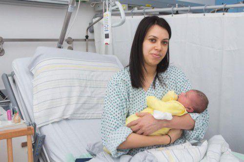 Alle Strapazen sind vergessen. Glücklich hält Rita Toth ihre um 0.02 Uhr geborene Tochter Hannah im Arm.  Foto: vn/steurer