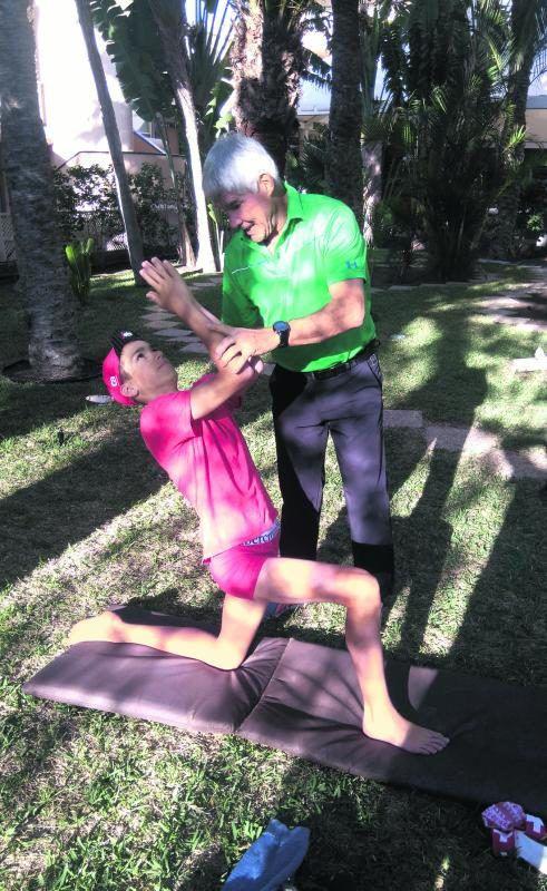 Auch im Urlaub auf Gran Canaria gibt Toni Mathis Sportlern (im Bild Triathlet Michael Ziegler) Tipps für ein besseres Körperbewusstsein. akp