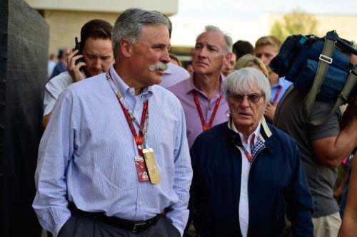 Chase Carey (l.) und sein Vorgänger Bernie Ecclestone. Foto: AFP
