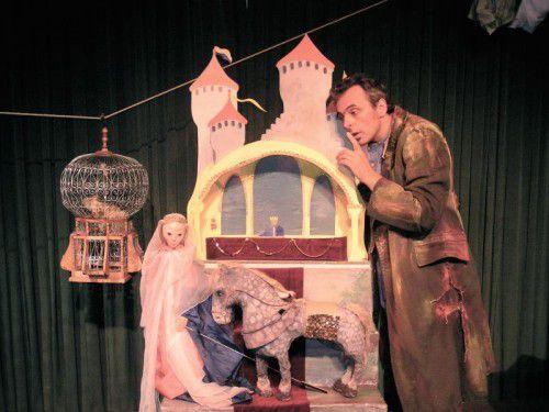 Stefan Libardi erzählt und spielt das Märchen und zaubert allerlei Dinge hervor. theater im ohrensessel