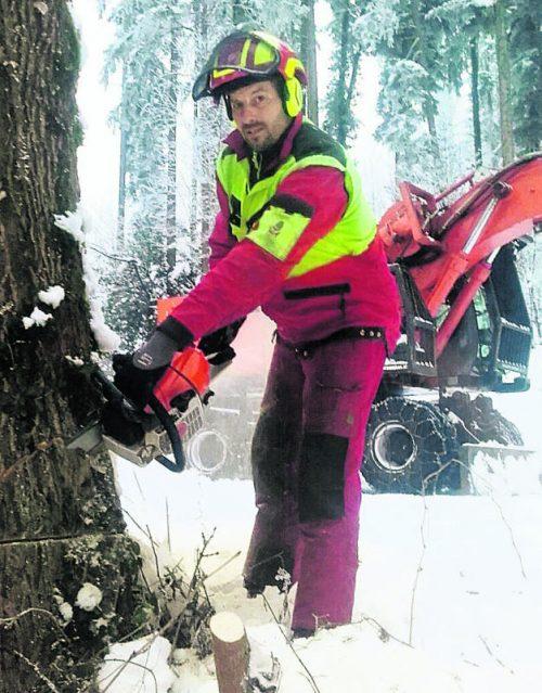 Denis Rupp hat als Holzfäller einen körperlich sehr anstrengenden Beruf. Aber auch als Jagdaufseher muss er fit sein.