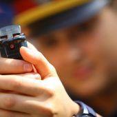 Polizisten überwältigen Mann mit Pfefferspray