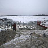 Eisbrecher sollen Donau in Serbien freiräumen