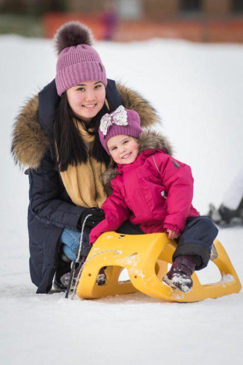 Die kleine Karina und ihre Freundin Merim haben Spaß beim Rodeln.