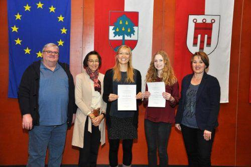 Die Preisträgerinnen mit dem 3er-KuratoriumWerner Marxgut, Eva-Maria Waibel und Andrea Kaufmann (v. l.).  foto: lcf