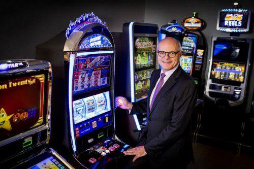 Dr. Karl Stoss mit einem neuen Automaten.  Foto: Casinos Austria