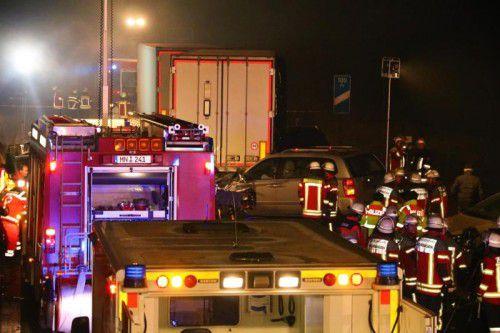 Ein Großaufgebot der Rettungskräfte rückte zu der Unfallstelle auf der Autobahn aus. Foto: APA