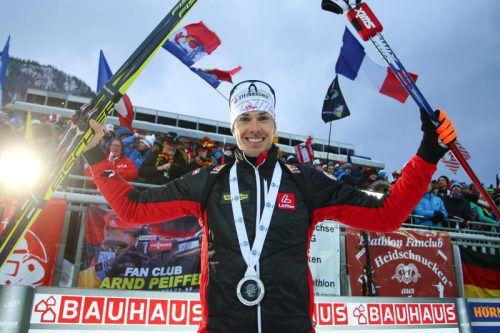 Ein jubelnder Julian Eberhard freut sich über Platz zwei beim Biathlon-Weltcup in Ruhpolding. Foto: gepa