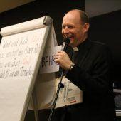 Pfarrer als Kabarettist auf der Göfner Bühne
