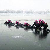 Harder Wasserrettung übt auf dünnem Eis