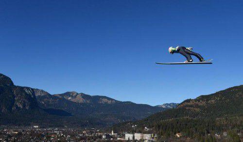 Kommt ein Adler geflogen: Stefan Kraft scheint über dem deutschen Wintersportort Garmisch-Partenkirchen zu schweben. Foto: afp
