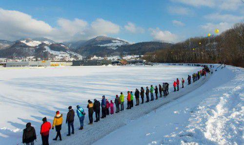 Eine Menschenkette gegen das geplante Ölz-Werk in Weiler.