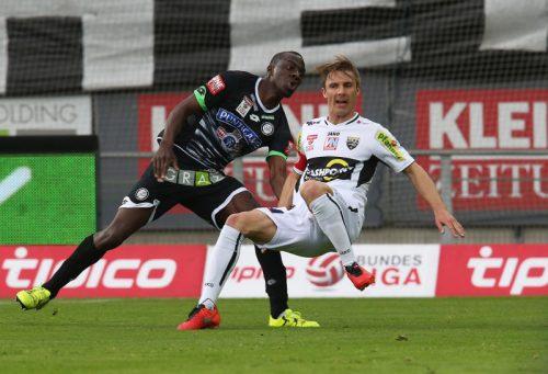 Wilson Kamavuaka – im Sturm-Dress im Zweikampf mit Philipp Netzer – sagte dem SCR Altach ab. Foto: gepa