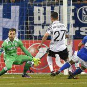Schöpf-Tor und Schalke im Schongang ins Achtelfinale