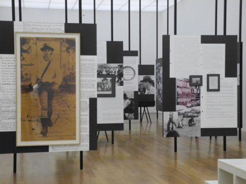 Ausstellungsansicht mit Dokumenten und Arbeiten von Joseph Beuys, der sich intensiv mit den Begriffen Kunst und Kapital beschäftigte. Foto: VN/CD