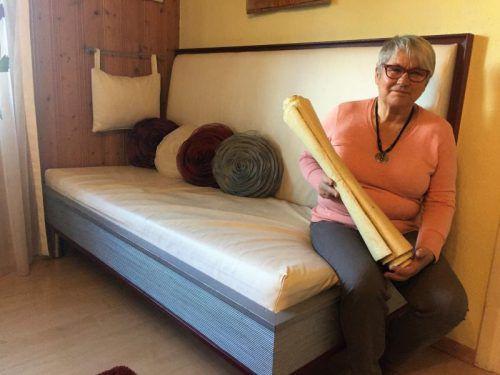 """Christine Dietrich hat nach dem Vorbild der Festspielkulisse eine spezielle """"Buch-Couch"""" hergestellt. Foto: VN/js"""