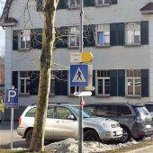 Ein Wegweiser zu viel und ein Straßenschild zu wenig