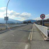 Dunkle Brücke über den Rhein