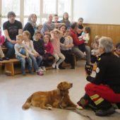 Hundebrigade der Rettung zu Besuch im Kiga