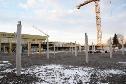 Die Säulen für die Turnhalle der neuen Schule stehen bereits. AJK