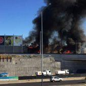 Flugzeug stürzt auf Einkaufszentrum