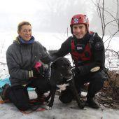 Hund aus kaltem Wasser gerettet