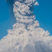Fuego spuckt Asche und Lava